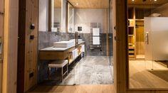 Toller Materialmix aus Holz und Fliesen im Badezimmer. So wird ein Hotel zuir Oase. #Fliesen #Naturstein #Badezimmer