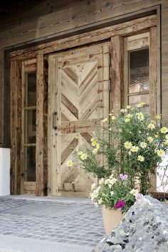Pin Decor - Just another WordPress site House Front Door, House Entrance, Entrance Doors, Modern House Floor Plans, Decoration Entree, Chalet Design, Solid Doors, Farmhouse Remodel, Aging Wood
