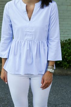 Simple minimal outfit, blue top and white jeans - LadyStyle Preppy Style, Style Me, Pretty Outfits, Cute Outfits, White Pants Outfit, Minimal Outfit, Clothing Items, Blue Tops, Peplum Blouse