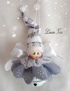 adorable Christmas gnome in white with mint-green hat and mittens, carrying a white Christmas treeRiunione di famiglia a casa gnometti 😊Image gallery – Page 296533956712957986 – ArtofitThis listing is for one Mini Gnome. Burlap Christmas, Christmas Fairy, Christmas Bells, Felt Christmas, Diy Christmas Ornaments, Homemade Christmas, Christmas Angels, Christmas Holidays, Angel Crafts