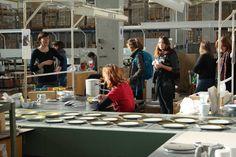 Im Rahmen einer Exkursion waren Studenten der Weißensee Kunsthochschule Berlin in Kahla.  Zusammen mit Designerin Barbara Schmidt, die seit 2013 Professorin für Experimentelles Design an der Weißensee Kunsthochschule Berlin ist, haben Sie das Werk besichtigt und selbst in der Gießerei experimentiert.