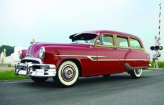 """Before we had """"Safari"""" wagons and people did still commute /haul families, there was the 1953 Pontiac Chieftain Deluxe Station Wagon. Vintage Cars, Antique Cars, Vintage Auto, Vintage Ideas, Pontiac Chieftain, Station Wagon Cars, Pontiac Cars, Car Museum, Sweet Cars"""