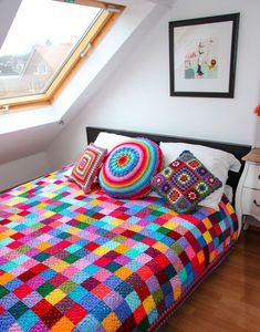 According to Matt…: Granny Square Blanket….The Sequel! Wow makes the stark white room feel exciting and inviting.A great pattern for the crochet beginner as each suare is only one colour, lovely blanket, bright and trendy!Caracol handmade: The g Crochet Home, Love Crochet, Learn To Crochet, Crochet Crafts, Crochet Projects, Simple Crochet, Crochet Baby, Beginner Crochet, Holiday Crochet