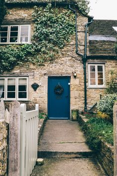 English cottages, cottage life. Castle Combe, England.