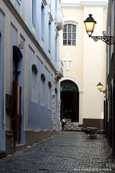 Callejón de la Capilla (Chappel Alley) Old San Juan, Puerto Rico by Ricardo Ruiz de Porras on Flickr.