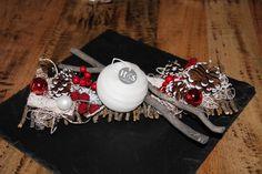 Centre de table avec composition naturel sur bois tressés avec des pignes de pins, boules de Noël, fruits rouges et bougie. : Accessoires de maison par dec-au-naturel