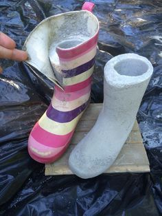Tämä askartelu on nyt kuuminta hottia Looks like she filled rubber boots with concrete, then cut the boot off, leaving the foot part on == Fur Elise Diy Concrete Planters, Concrete Crafts, Concrete Garden, Concrete Projects, Outdoor Projects, Cement Art, Concrete Cement, Painting Concrete, Concrete Design