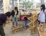 武蔵野美術大学生が課題を制作中