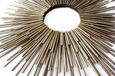 Make a sunburst frame from drinking straws, hot glue, and spray paint. Plastic Straw Crafts, Diy Straw, Mirror Crafts, Diy Mirror, Straw Projects, How To Make Mirror, Spoon Mirror, Homemade Wall Art, Straw Wreath