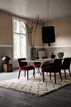 A unique combination of jewel toned dining chairs and Moroccan rug, this glamorous yet rustic dining room is a modern take on a trendy style. Recreate this look in your dining room! Elegant Dining Room, Dining Room Design, Scandinavian Interior Design, Home Interior Design, Dining Room Inspiration, Interior Inspiration, Inspiration Design, Interior Design Courses, Design Apartment