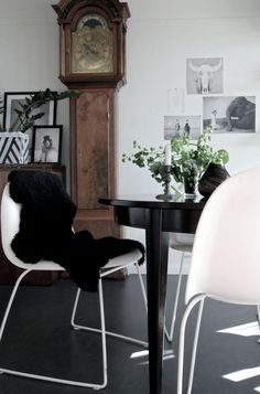 Hallingstad - inspiration til dit hjem Dining Room Table, Dining Area, Kitchen Dining, Dining Chairs, Dining Rooms, Clocks Inspiration, Dining Room Inspiration, Scandinavian Interior, Family Room