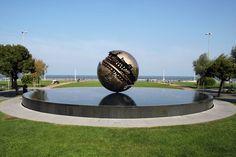 Sfera di Pomodoro, Pesaro (PU) - #mare #vacanze #costa #adriatico Big And Beautiful, Beautiful World, Seaside, Sculptures, Beach, Places, Monuments, Costa, Models