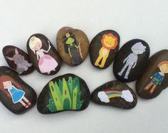 Story Starter Set, Wizard of Oz, story stones Pebble Painting, Stone Painting, Rock Painting, Wizard Of Oz Story, Uni Posca, Story Stones, Painted Rocks Kids, Three Little Pigs, Starter Set