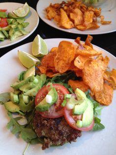 Spanish Spiced Hamburgers with Sweet Potato Chips - Azahar Cuisine Primal Recipes, Beef Recipes, Whole Food Recipes, Healthy Recipes, Paleo Meals, Healthy Meals, Chips Recipe, Recipe 4, Sweet Potato Chips