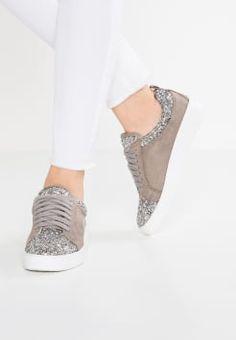 2379549ffe8762 16 beste afbeeldingen van Kleding - Shoes sneakers
