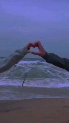 Couple Aesthetic, Sky Aesthetic, Aesthetic Movies, Aesthetic Videos, Aesthetic Backgrounds, Aesthetic Anime, Cute Couples Kissing, Romantic Couples, Cute Love Couple