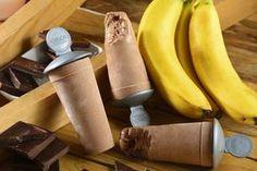 ¡La combinación de plátano con chocolate es simplemente perfecta, ahora imagínala en una deliciosa paleta helada de yogurt! Prepara estas fáciles paletas heladas para un día caluroso y consiente a tu familia con este rico postre.