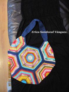 Bolso multicolor realizado con exágonos a crochet.
