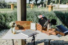 Photobooth op je bruiloft | Dit zijn de leukste photobooths! | ThePerfectWedding.nl  #photobooth #bruiloft #photoboothhuren #deleukstephotobooths #props #photoboothprops #fotoideetjes #inspiratie Real Weddings, Table Decorations, Entertainment, Home Decor, Funny Anecdotes, Newlyweds, Great Ideas, Marriage, Interior Design