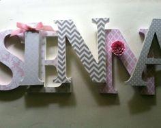 """Kindergarten Holzwand Buchstaben in rosa und grau Baumschule Buchstaben Kindes Name 8 """"Wand Buchstaben ersten Monogramm"""