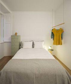 Mała sypialnia. Zobacz, jak ją urządziąć na: https://www.homify.pl/katalogi-inspiracji/193218/jak-wygodnie-urzadzic-mala-sypialnie