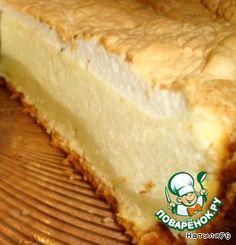"""Ингредиенты для """"Творожный тарт """"Слезы ангела"""""""": Мука пшеничная (тонкого помола) — 150 г Сахарная пудра (в тесто - 50 г, в начинку - 150 г, верхний белковый слой - 3 ст.л.) Масло сливочное (80 г для теста, 10 г для смазывания формы) — 90 г Яйцо куриное (1 шт в тесто, 2 шт. в начинку) — 3 шт Белок яичный куриный — 2 шт Разрыхлитель теста — 1 ч. л. Сметана (20 %, в тесто - 50 г, в начинку - 100 г.) — 150 г Творог (9%) — 500 г Крупа манная — 30 г Ванилин — 1"""