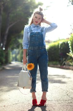 Spring Look Picture Description making Estilo Jeans, Denim Overalls, Dungarees, Look Magazine, Spring Looks, Spring Style, Sheer Dress, Cute Outfits, Casual Outfits