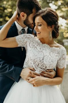 Can't get enough of this bride's two-piece lace gown and totally elegant makeup | Image by Vic Bonvicini Photography