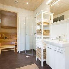 Valoisa ja avara sauna ja kylpyhuone Älvsbytalossa.  #älvsbytalo #älvsbyhus #muuttovalmis #talopaketti #omakotitalo #kylpyhuone #sauna #unelmakoti #inspiration #homedecoration #homeinterior
