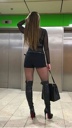 I ❤️ her hot pants and knee high boots, she has sexy legs and hips💋💋💋 High Top Boots, Hot High Heels, Sexy Heels, Thigh High Boots, High Heel Boots, Heeled Boots, Sexy Outfits, Fashion Outfits, Womens Fashion