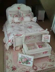 dollhouse miniature shabby chic double bed - artisan made in Dolls & Bears, Dollhouse Miniatures, Furniture & Room Items Blanc Shabby Chic, Rose Shabby Chic, Shabby Chic Homes, Shabby Chic Decor, Miniature Rooms, Miniature Furniture, Dollhouse Furniture, Miniature Houses, Victorian Dollhouse