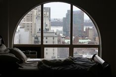 Bett mit Großstadt-Aussicht