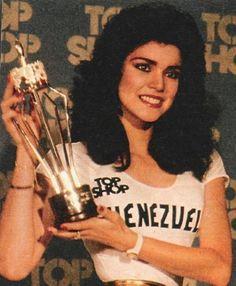 Astrid Caolina Herrera Miss Venezuela Mundo 1984, Recibiendo un Trofeo como Miss Fotogenica. en el Miss World 1984..