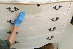 Una solución fácil para renovar un mueble con el enchapado roto: pintura y lija. Te mostramos cómo hacerlo. #remodelaciondedormitorio