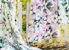 """Omenankukka-kangasta koristavat herkät valkoiset, vaaleanpunaiset tai vaaleanvihertävät omenankukat. Lasse Kovanen maalasi alkuperäiskuvituksen akvarelleilla.  Omenankukka-kangas on puuvillaa ja sen leveys on 150 cm. Kankaan raporttikoko on 64 cm ja se voi kutistua ensimmäisessä pesussa maksimissaan 8 %. Konepesu varovaisella ohjelmalla 60 asteessa. Lue lisää  <a href=""""https://www.pentik.com/media/wysiwyg/PDF/PENTIK_ohjeet_kankaan_ostamiseen.pdf&quot..."""