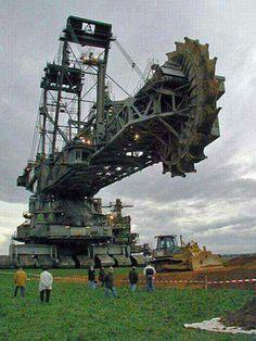 بزرگترین غول برتر ساخت دست بشر، حفار غول آسا ... این بزرگترین ماشین خاکبرداری یا ترنچر یا بیل گردان در جهان می باشد. ابزاری غول پیکر و بزرگترین خودرو در جهان است که توسط شرکت کروپ آلمان ساخته شده است.این ماشین پنج سال وقت برای طراحی و ساخت و هزینه ای بالغ بر صد میلیون دلار صرف کرده است.از این وسیله نقلیه بزرگ که دارای هفتصد و بیست فوت -دویست و بیست متر- طول و سیصد و پانزده فوت -نود و شش متر- ارتفاع است، برای حفاری و استخراج معدن استفاده می شود. ماکزیمم سرعت خاکبرداری ده متر در دقیقه می باشد