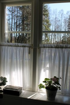 Cottage Windows, Red Cottage, Drapes And Blinds, Curtain Designs, Cozy Place, Home Interior Design, Window Treatments, Ramen, Sweet Home