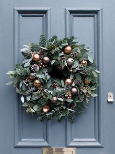 Looking for beautiful Christmas wreaths? Here, we have a good collection of some of the most beautiful Christmas wreaths ideas. Get inspiration from these Christmas wreath decoration ideas. Christmas Door Wreaths, Christmas Door Decorations, Christmas Flowers, Noel Christmas, Holiday Wreaths, Winter Christmas, Christmas Crafts, Winter Wreaths, Burlap Christmas