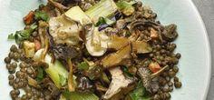 Ottolenghi salade van groene linzen, paddestoelen, prei, wortel, bleekselderij en gekonfijte citroen