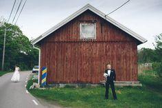 Bröllopsfoto vid en lada mot en husvägg i Sanden, Torslanda, Göteborg.