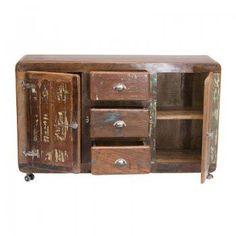 Een klein dressoir gemaakt van sloophout.Met twee deuren en drie lades.Het dressoir ziet er degelijk en stevig uit.