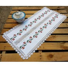 This Pin was discovered by fun Diy And Crafts, Arts And Crafts, Little Stitch, Vintage Cross Stitches, Cross Stitch Borders, Quilted Table Runners, Table Toppers, Decoupage, Free Pattern