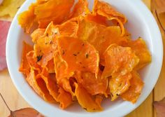 Fancy chips, but not interested in too many carbs? Then try these homemade pumpkin chips! Veggie Snacks, Veggie Recipes, Appetizer Recipes, Healthy Snacks, Healthy Recipes, Appetizers, Low Carb Veggie, Low Carb Vegetables, Potato Chips