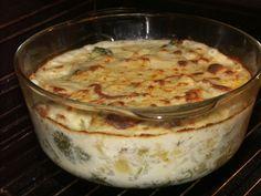 Ve vodě uvaříme brokolici a brambory zároveň, vývar si necháme. Na pánvi si na másle zpěníme cibulku, až bude krásně zlatá zasypeme moukou. Jíšku...