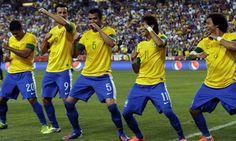 Neymar and brazilians soccer players! Brazil Football Team, Big Ten Football, Brazil Team, Everton, Fifa, Brazilian Soccer Players, Young Football Players, Alex Sandro, Thiago Silva