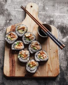 Vegan Tempura Sushi Roll with Spicy Mayo - The Plant-Based Wok Tempura Sushi, Tempura Roll, Sushi Sushi, Sushi Recipes, Vegan Recipes, Sushi Comida, Vegan Sushi Rolls, Dessert Chef, Onigirazu