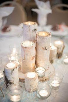 Asztaldísz téli esküvőre mécsesekkel. Egyszerű, mégis nagyon hangulatos megoldás.