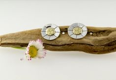 lazy daisy stud / post earrings in brass by LaPetiteMaisonBijoux, €18.50