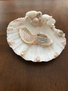 Seashell Jewelry, Seashell Art, Seashell Crafts, Driftwood Crafts, Shell Decorations, Pearl Decorations, Masquerade Party Centerpieces, Seashell Christmas Ornaments, Oyster Shell Crafts