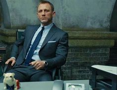 Suits for you Bond Wardrobe In our latest post in the Affordable Bond Wardrobe series we look at how to buy a 007 inspired suit. James Bond Suit, Bond Suits, James Bond Style, Rachel Weisz, Craig Bond, Daniel Craig James Bond, Daniel Craig Suit, Modern Gentleman, Gentleman Style